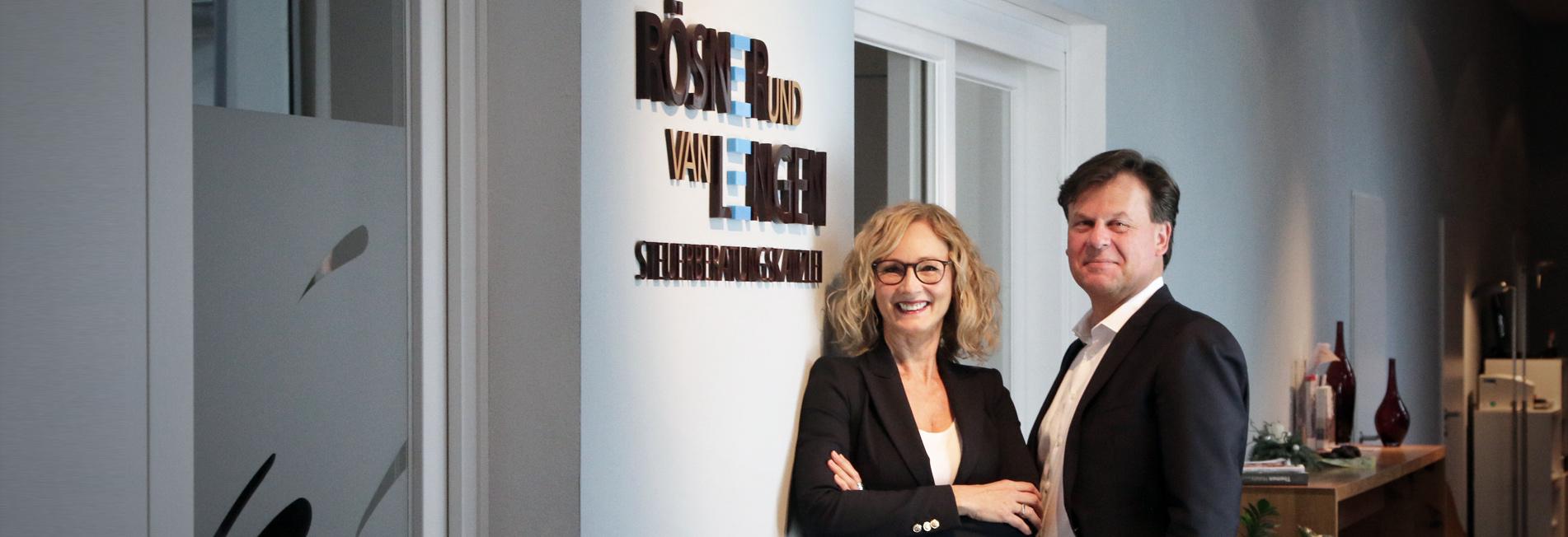 Rösner & van Lengen vor ihrem Logo